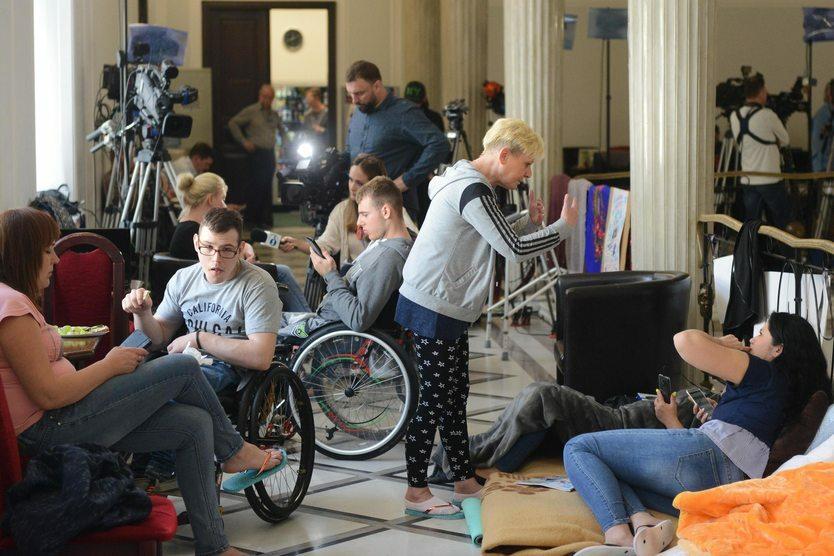 14. 04. || Od 14 kwietnia do 27 maja w Sejmie odbywał się protest osób niepełnosprawnych i ich opiekunów. Protestujący domagali się m.in. zwiększenia miesięcznego dodatku rehabilitacyjnego dla osób niepełnosprawnych, które ukończyły 18 rok życia.