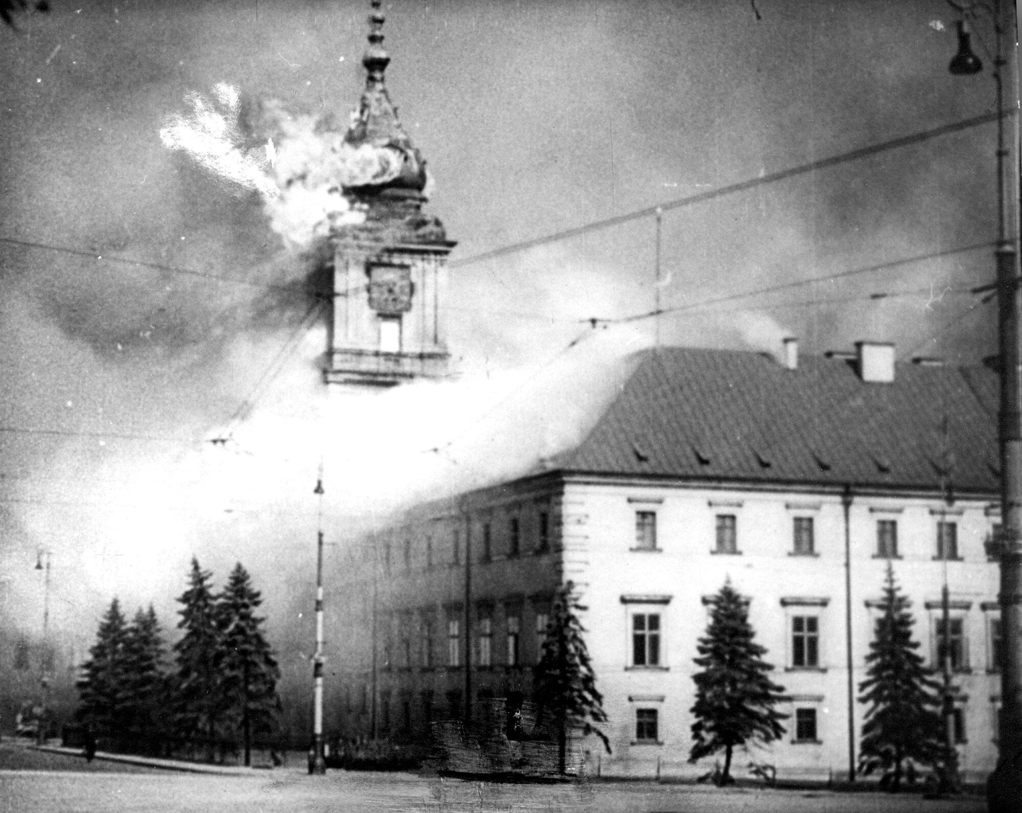 Płonący Zamek Królewski 17 września niemiecka artyleria ostrzelała Zamek Królewski na osobisty rozkaz Hitlera. Niemcy złamali tym samym konwencję haską, która nakazywała unikanie zniszczeń dziedzictwa kulturowego. Miało to przyspieszyć kapitulację miasta.