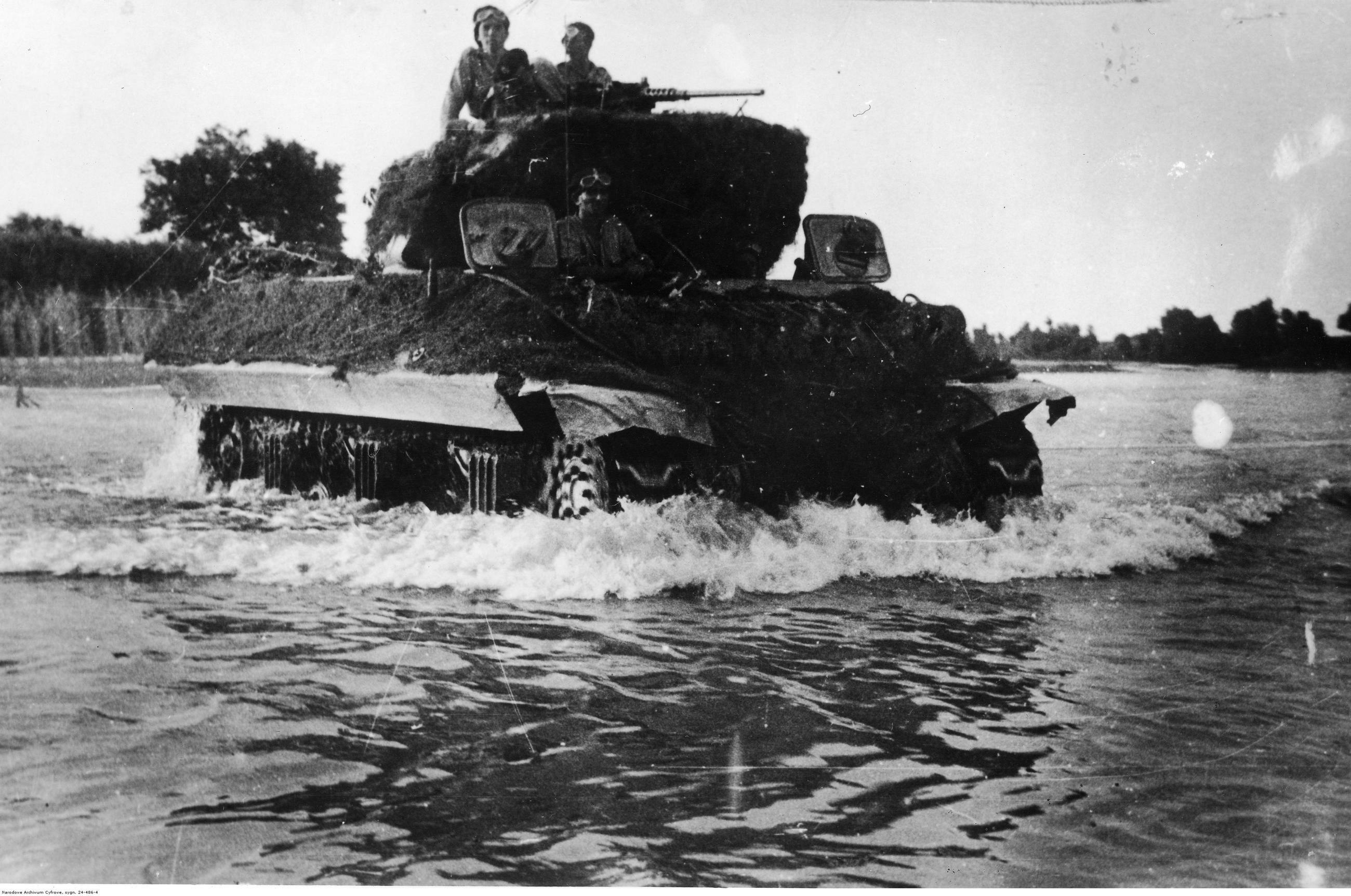 Przeprawa przez rzekę niszczyciela czołgów M10 Wolverine z 7 Pułku Artylerii Przeciwpancernej, sierpień 1944 r.